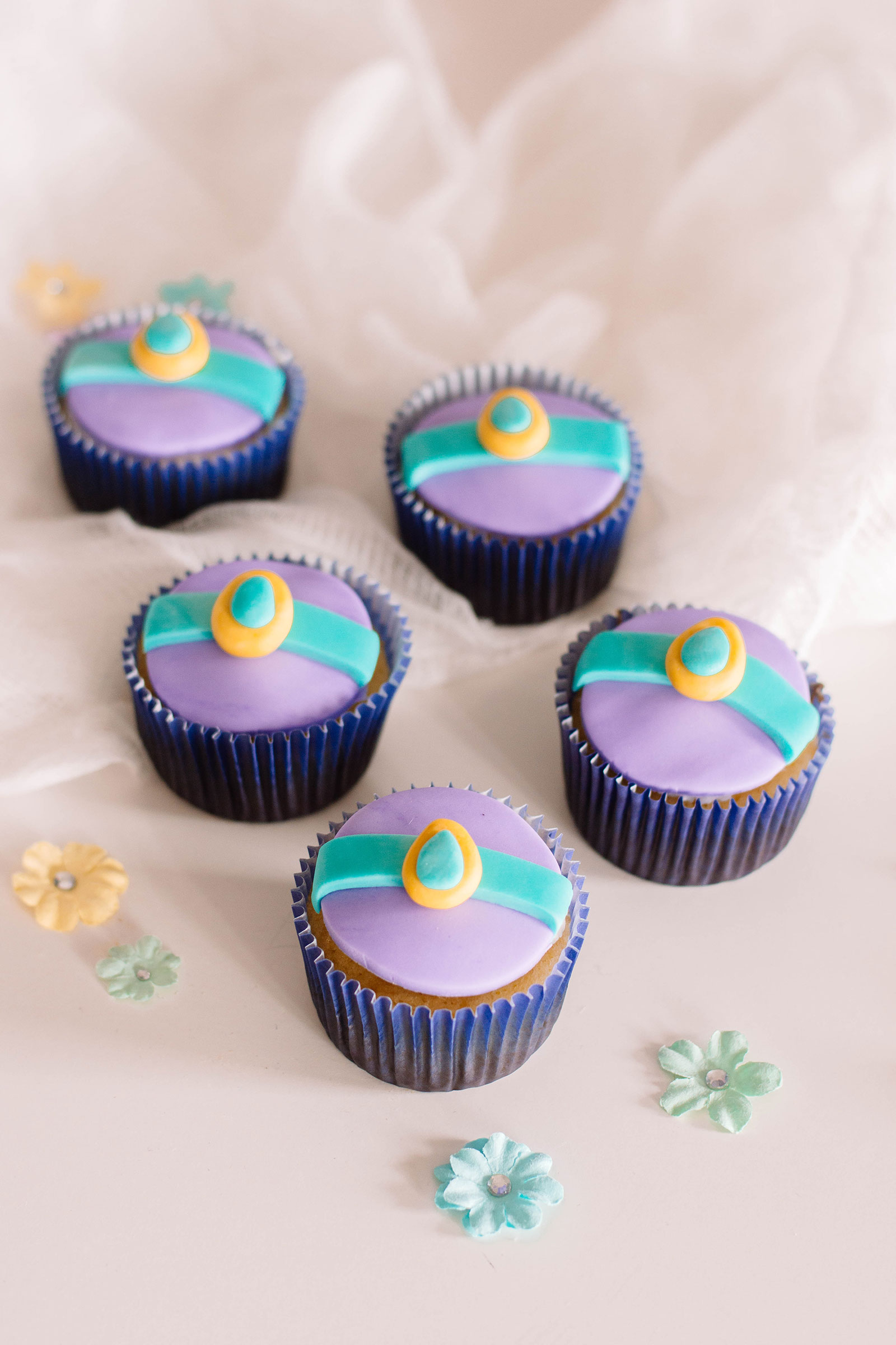 These Aladdin-inspired cupcakes are so cute thanks to the fondant Princess Jasmine Cupcake Toppers. Adorable! #cupcakeideas