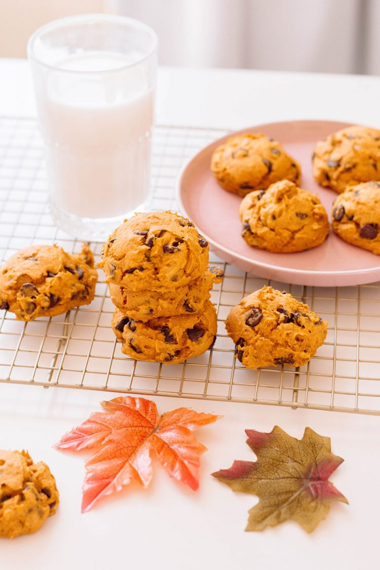 This recipe for pumpkin cookies only requires 4 ingredients, so they're super duper easy to make. And you know what? They're absolutely delicious! So full of pumpkin-goodness! #pumpkincookies
