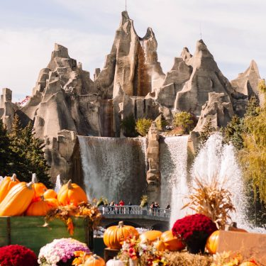 Looking for a fun falltime activity? Travelling to Toronto, Ontario? At Canada's Wonderland, they've got a great theme during the months of September and October: Camp Spooky. It offers kids a not-so-scary Halloween celebration so it's perfect for the entire family! Here's our honest Camp Spooky review. #canadaswonderland
