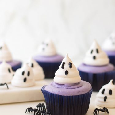 Meringue cookies take a new twist with these delicious (and oh-so adorable) Ghost Cupcakes. They're perfect for Halloween because their ghoulish AND sweet! #halloweencupcakes
