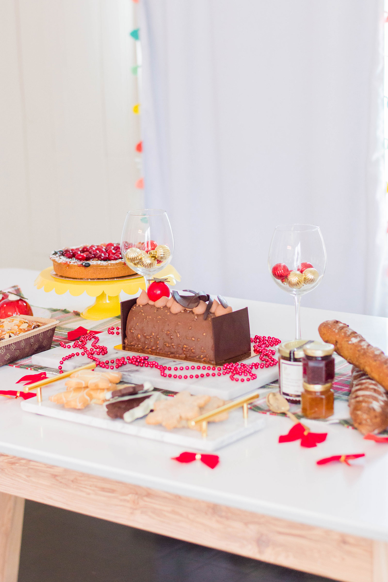Ready to host for the holidays? Here's how to put together the sweetest Christmas dessert table. #christmasdesserts