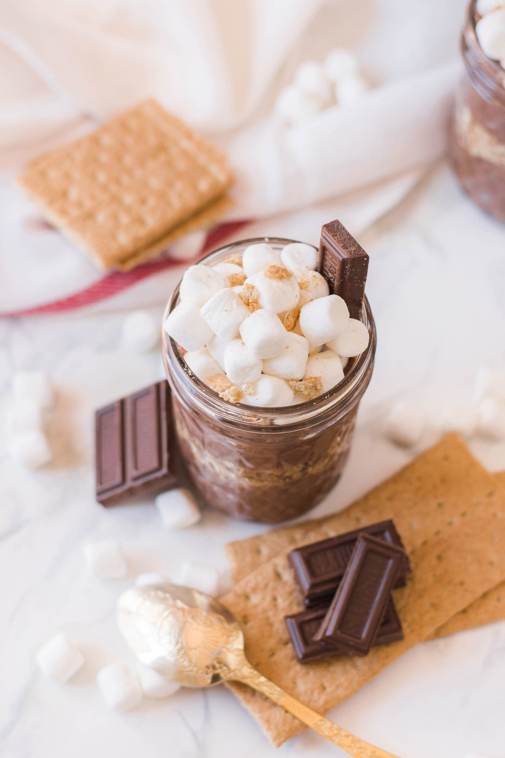 Who loves s'mores? Well, if you're a fan then you have to try out this homemade S'mores Pudding - SO delicious and so nostalgic! #smoresdesserts